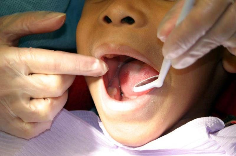 Un xiquet en la consulta del dentista. EFE/Arxiu