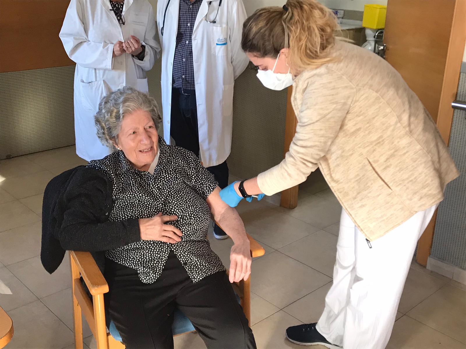"""""""Si volem tornar a la vida que teníem abans, ens hem de vacunar"""" ha explicat Javier Planes, de 52 anys i treballador en la residència Sant Carles de Daimús."""