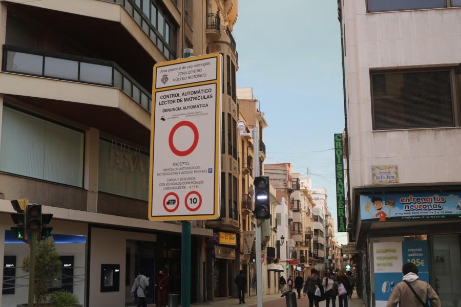 Imagen de la señal vertical que indica la restricciónde acceso al centro d ela ciudada a los vehículos no autorizados