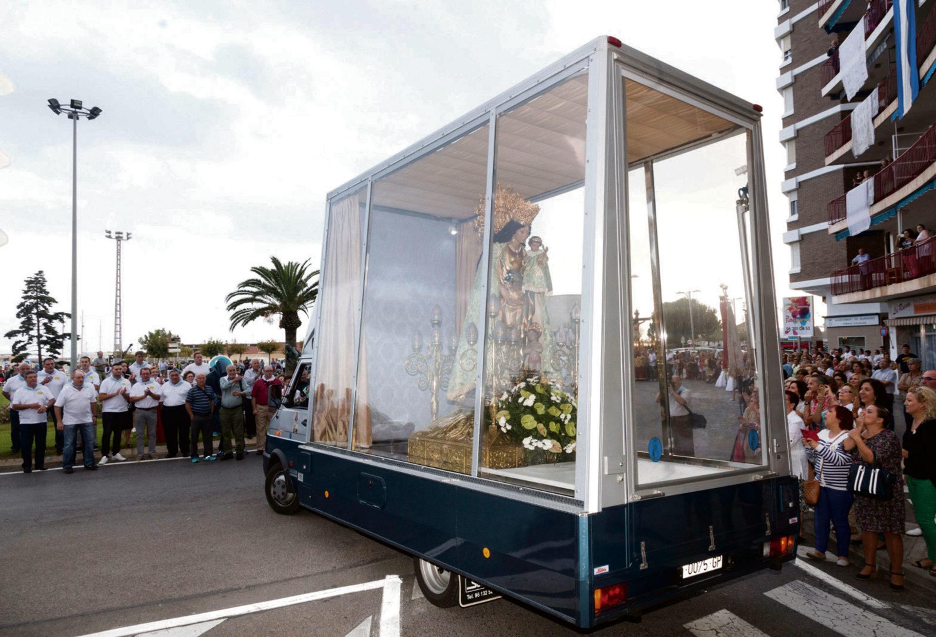 virgen de los desamparados en un coche de cristal