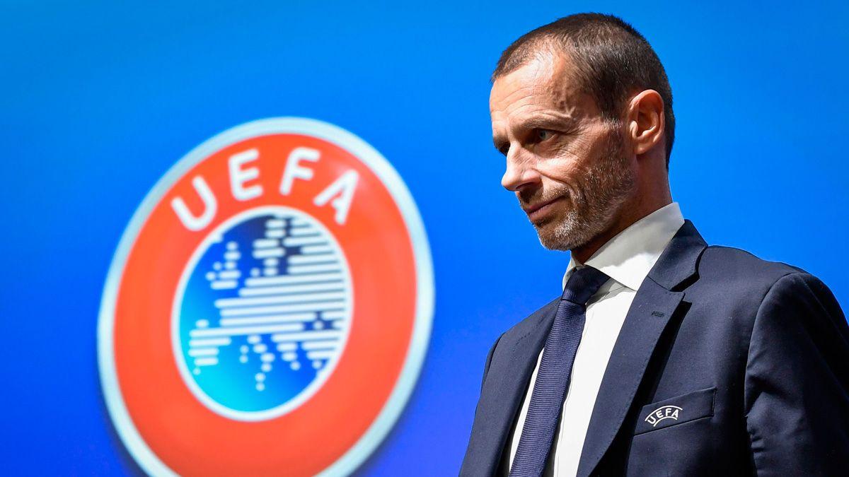 Aleksander Ceferin costat de el logotip de la UEFA