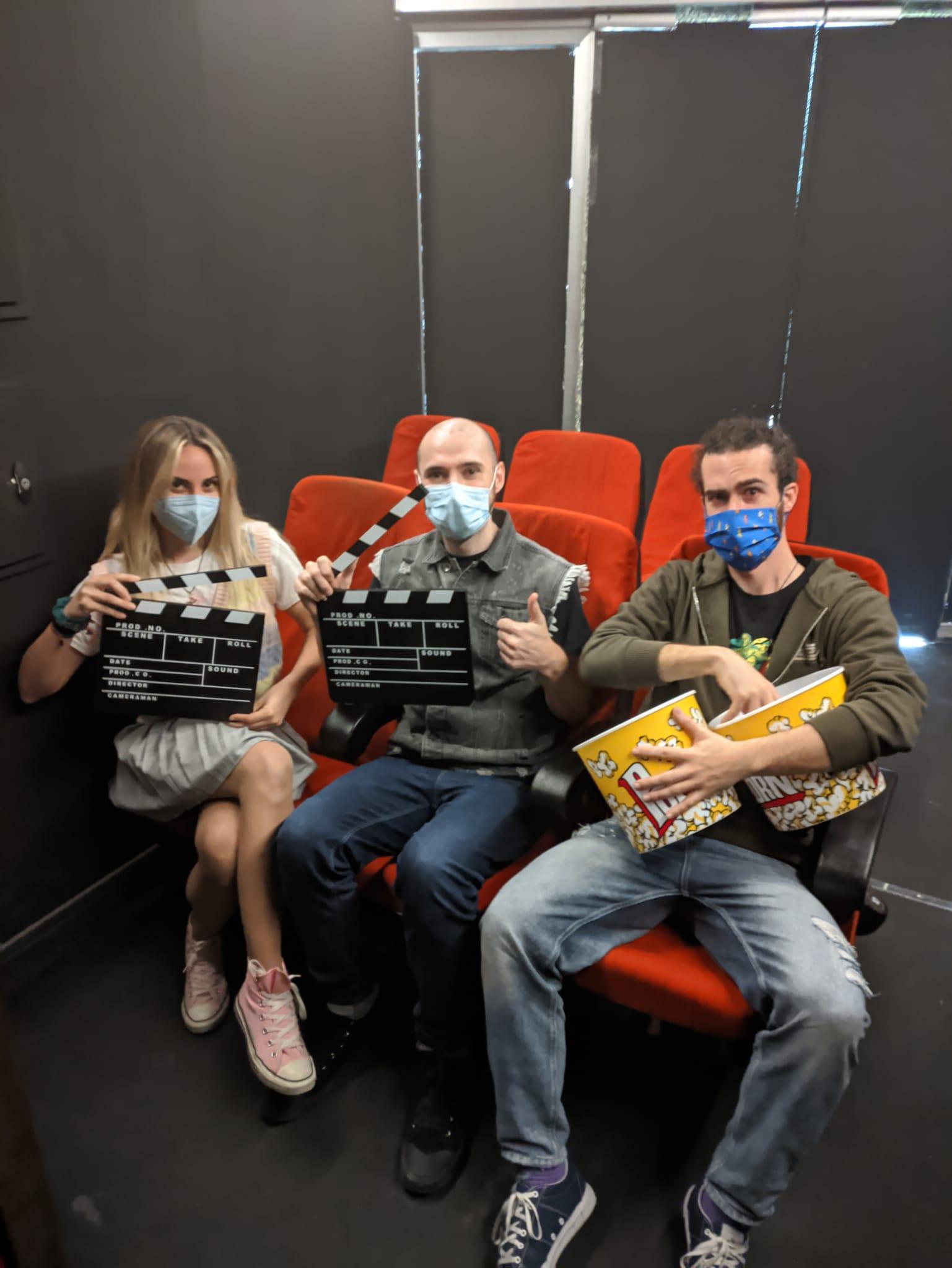 clientes en una escape room con mascarilla