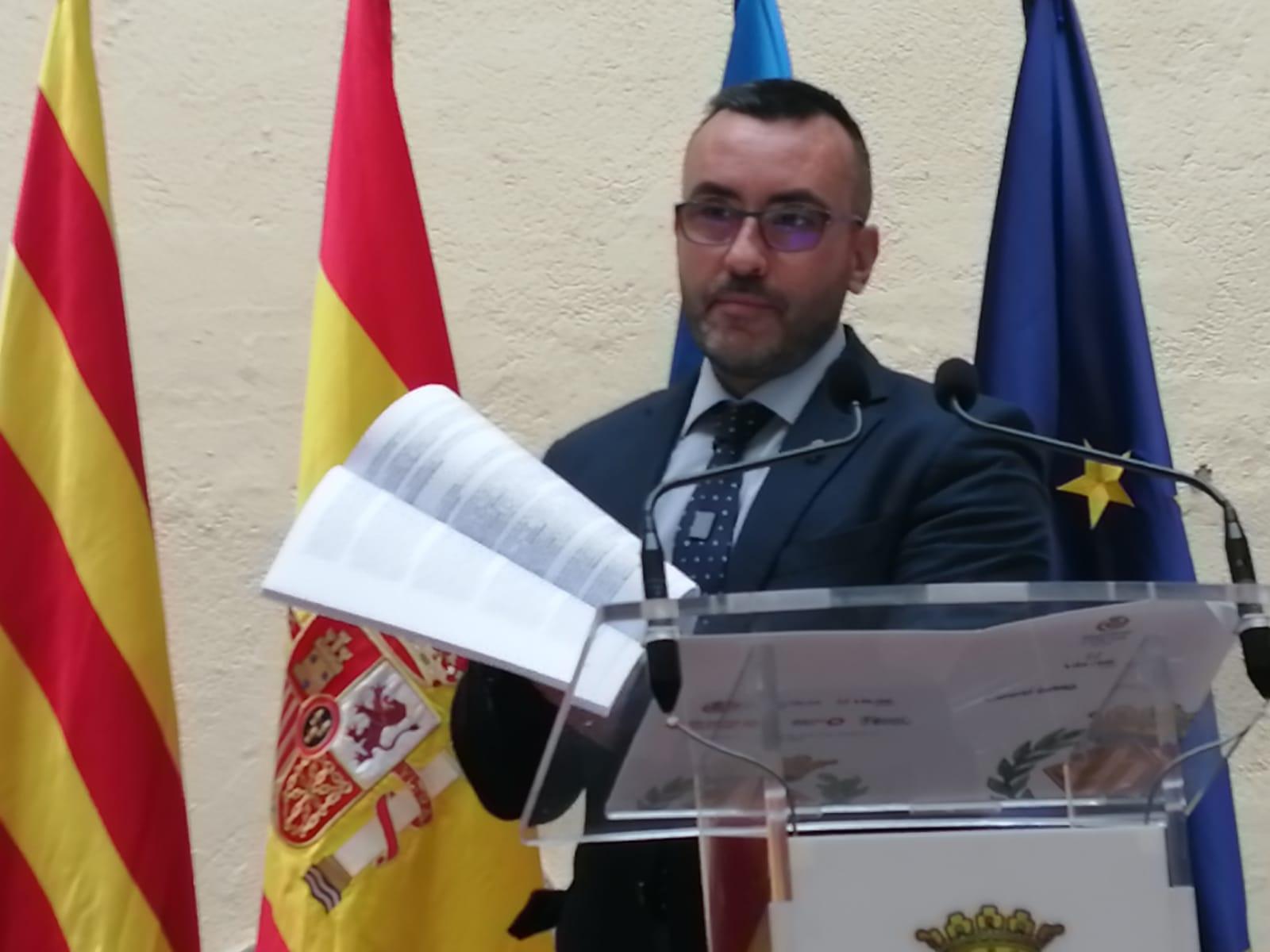 Imagen del alcalde de Vila-real con unos papeles en las manos que es la sentencia del Caso PIAF