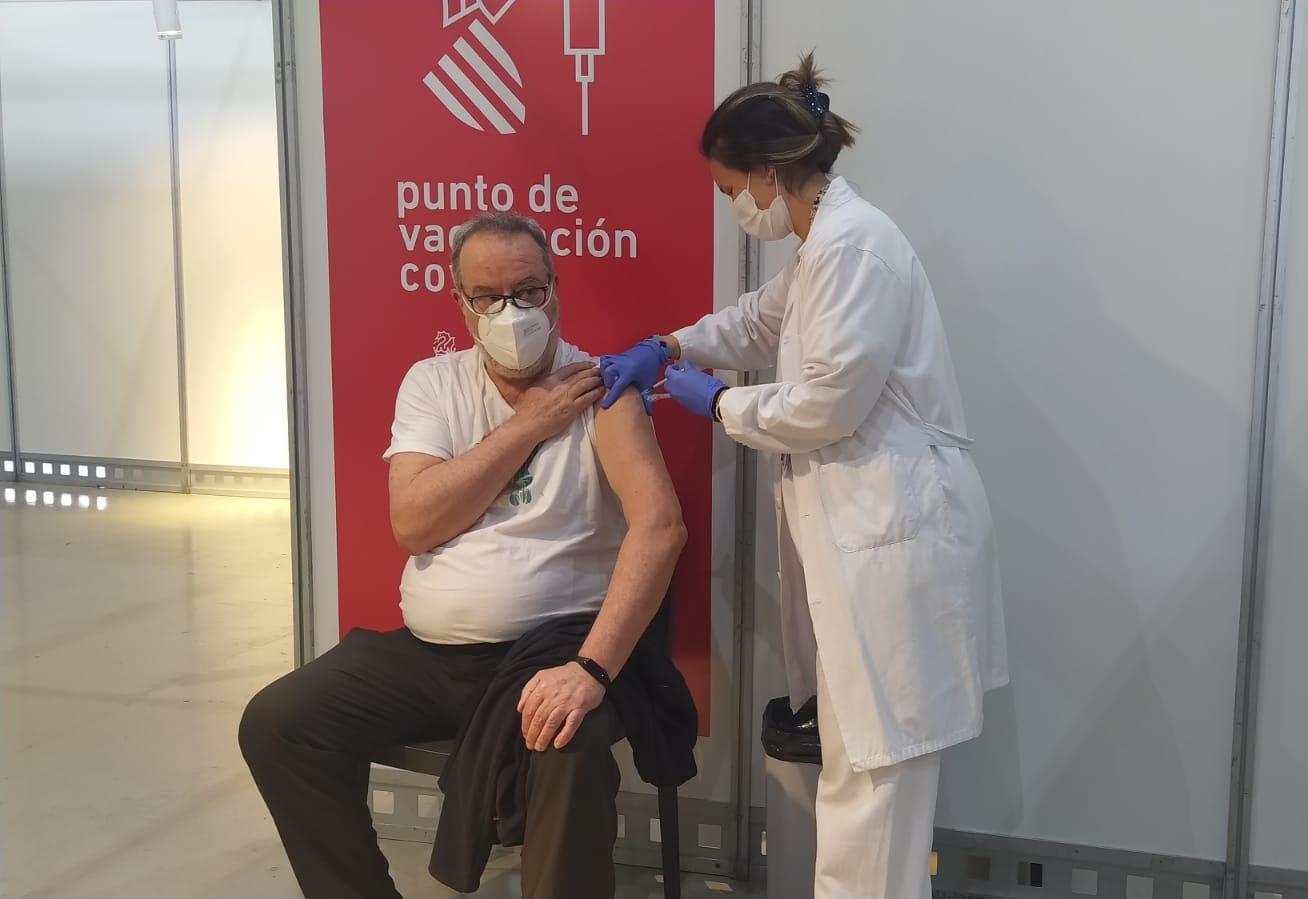 Hombre vacunándose contra la COVID-19 en IFA