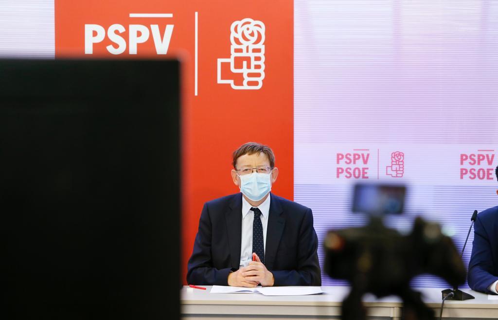 El president Ximo Puig sentado en una mesa de declaraciones