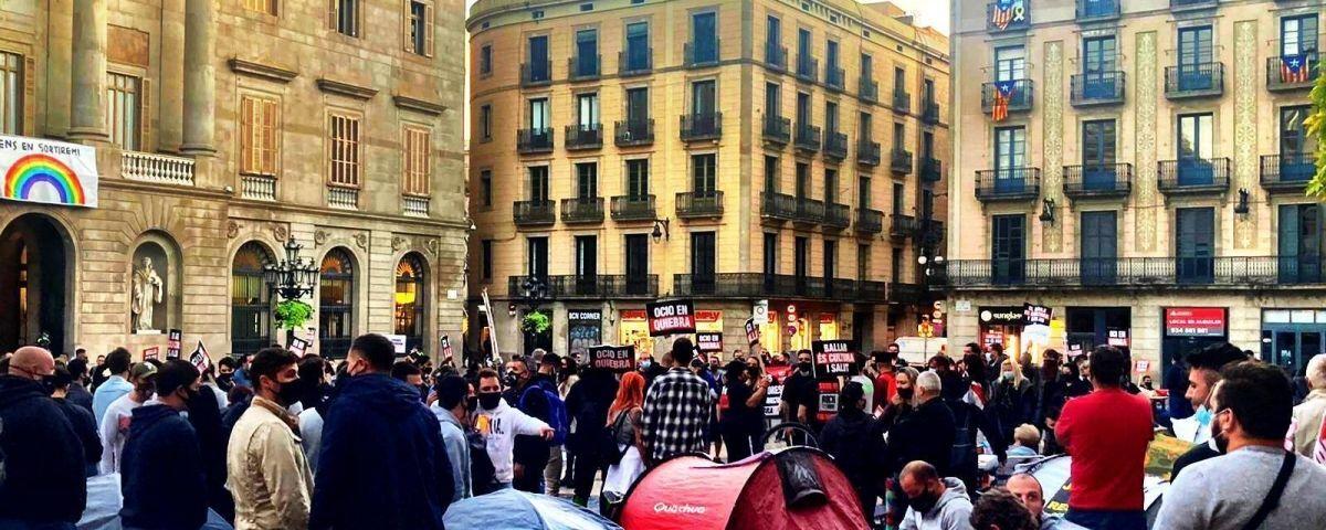 manifestantes y tiendas de campaña frente al Palau de la Generalitat.