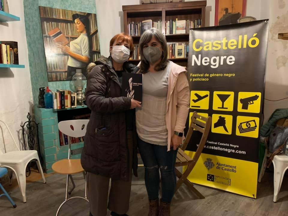 Dues persones posen davant d'un cartell que posa Castelló Negre
