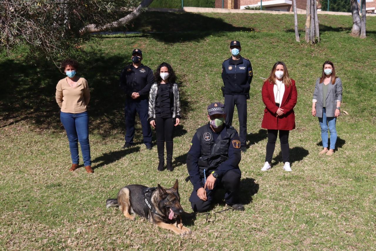 Niños, perro y policias mirando a cámara