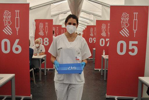enfermera con la vacuna
