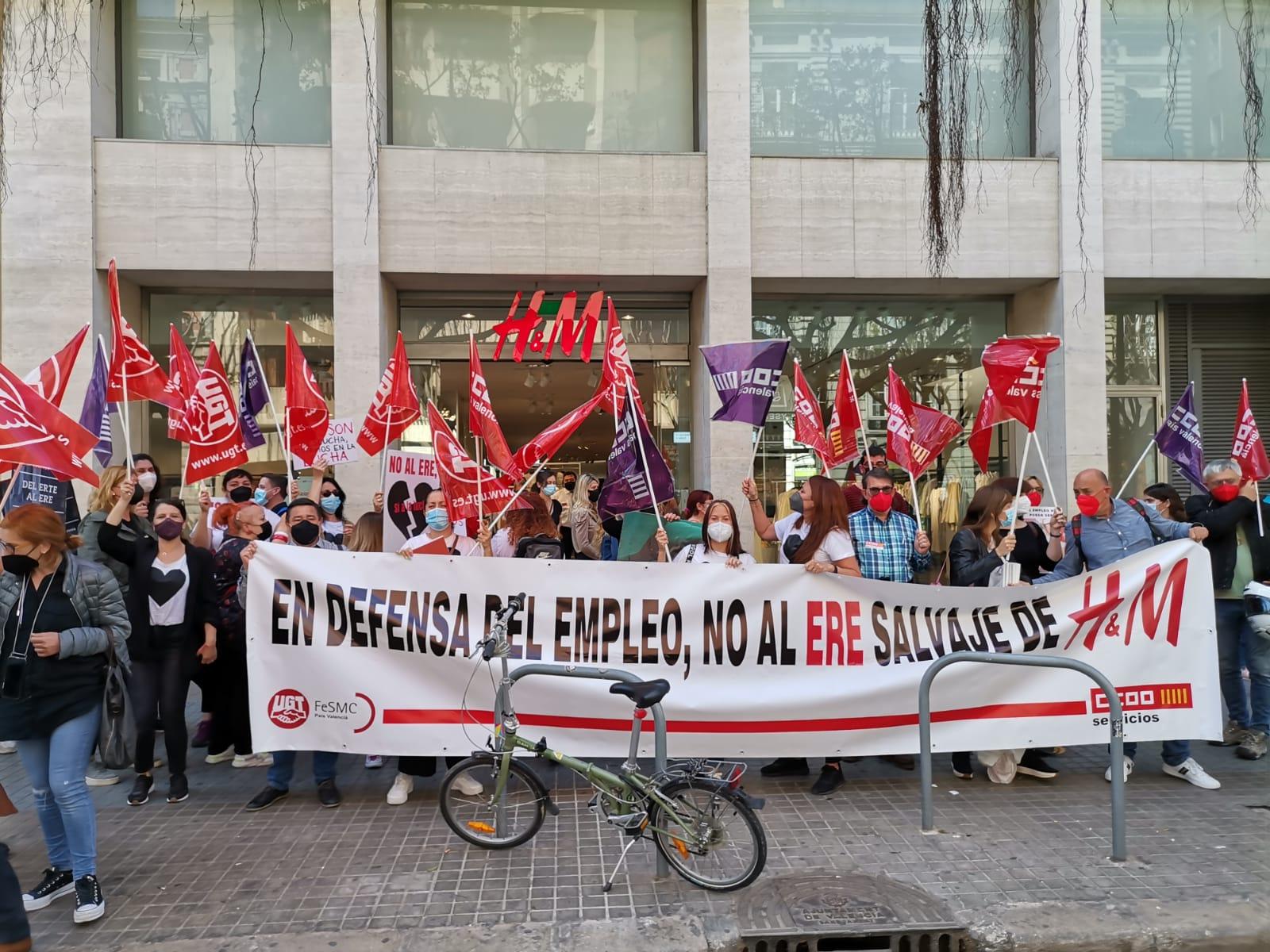 Protesta delante del H&M de València por el ERE