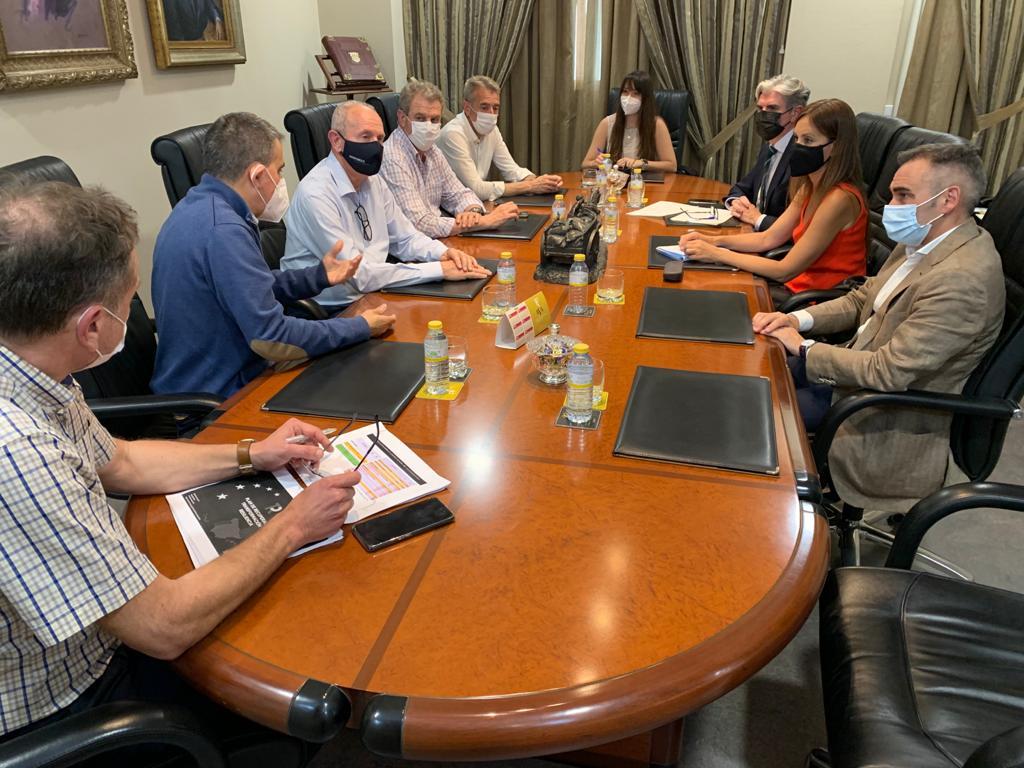 Reunión de los diputados populares con la asociación AVA