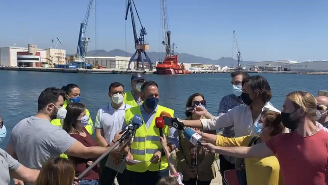 El Presidente del puerto de Castellón, Rafael Simó, atendiendo a los medios