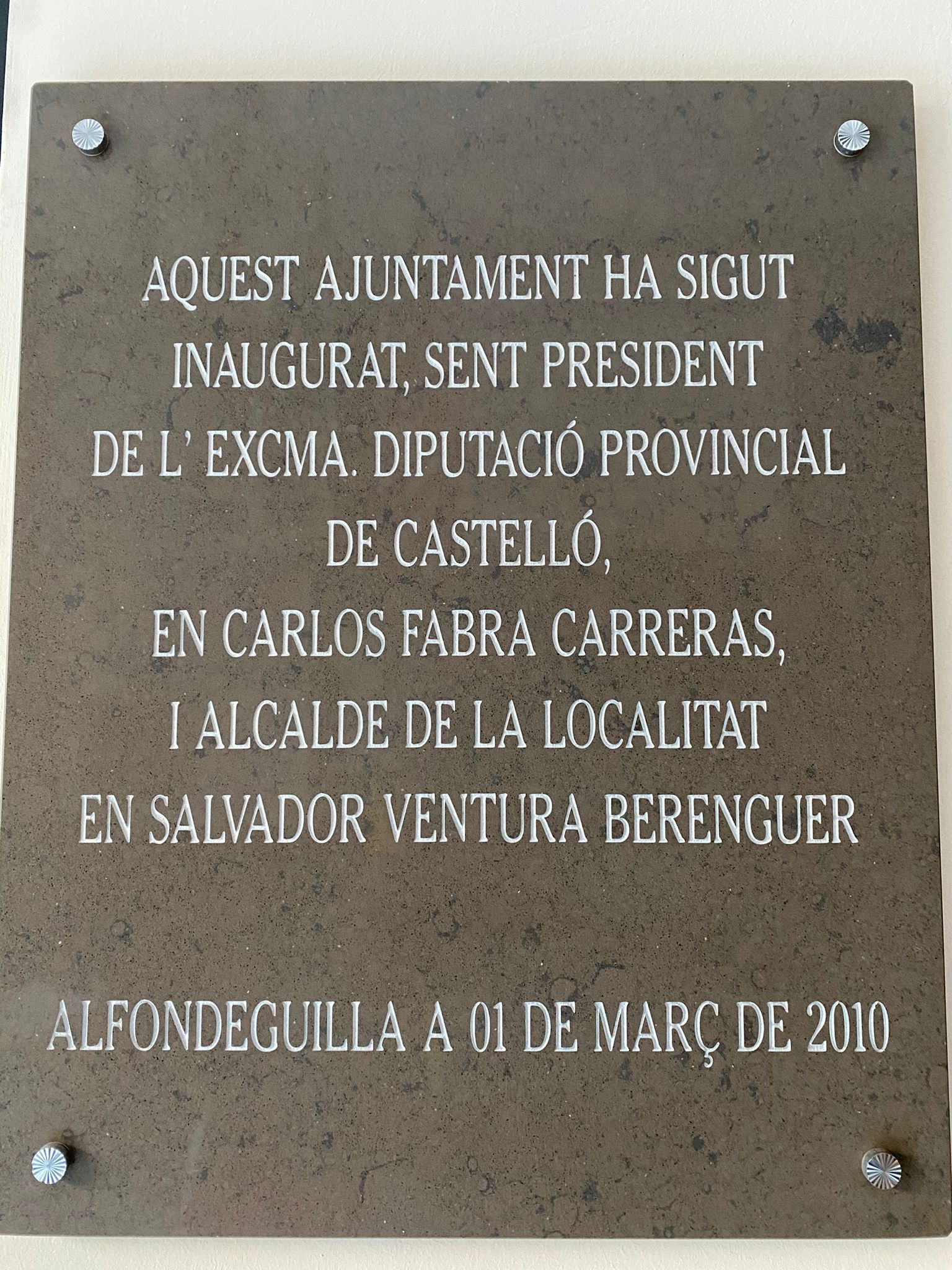 Placa inaugural con el nombre de Carlos Fabra