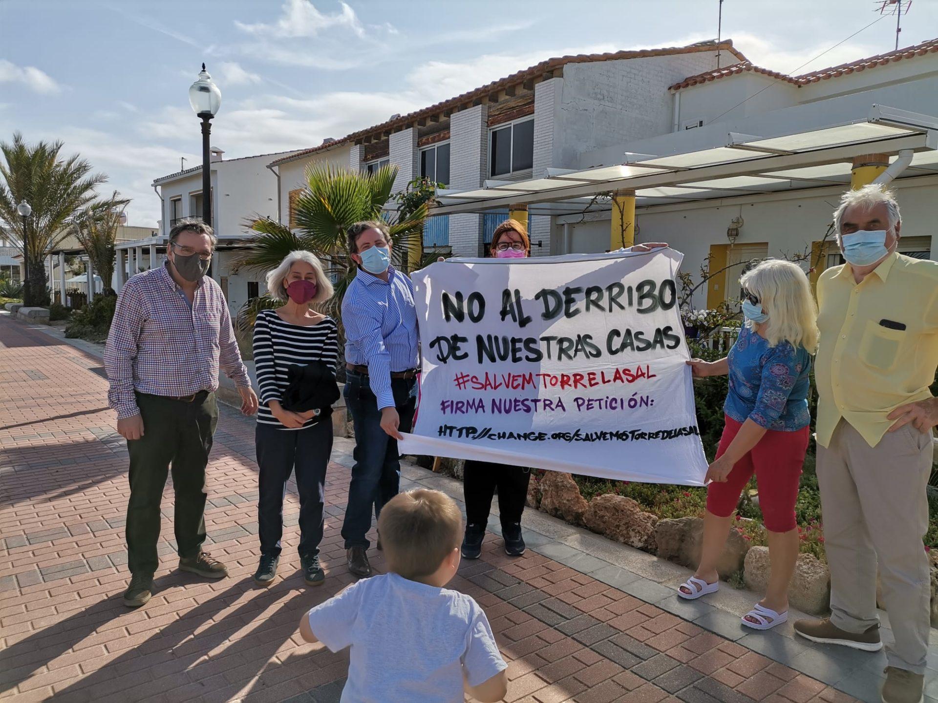 Imagen del diputado de Cs con los vecinos de Torre la Sal