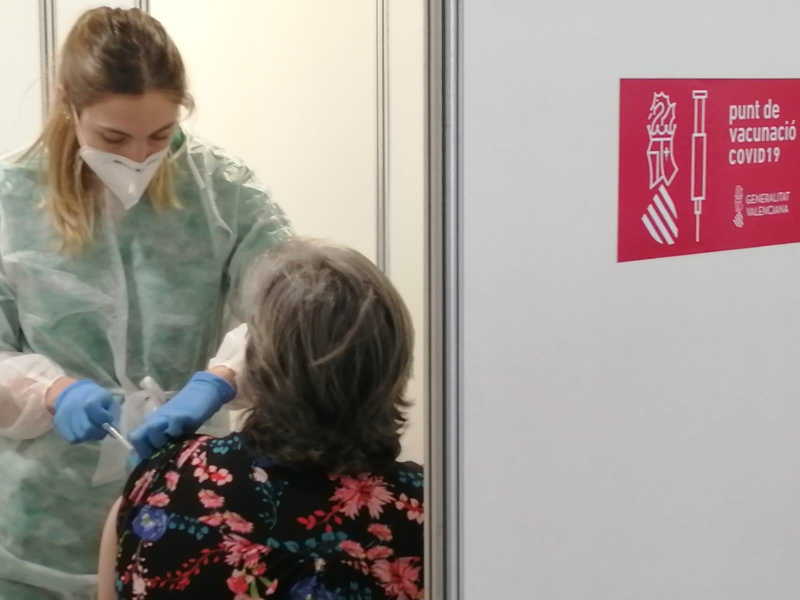 imagen de una enfermera cin mascarilla vacunando a una persona de espaldas y el logo del vox de la Generalitat Valenciana