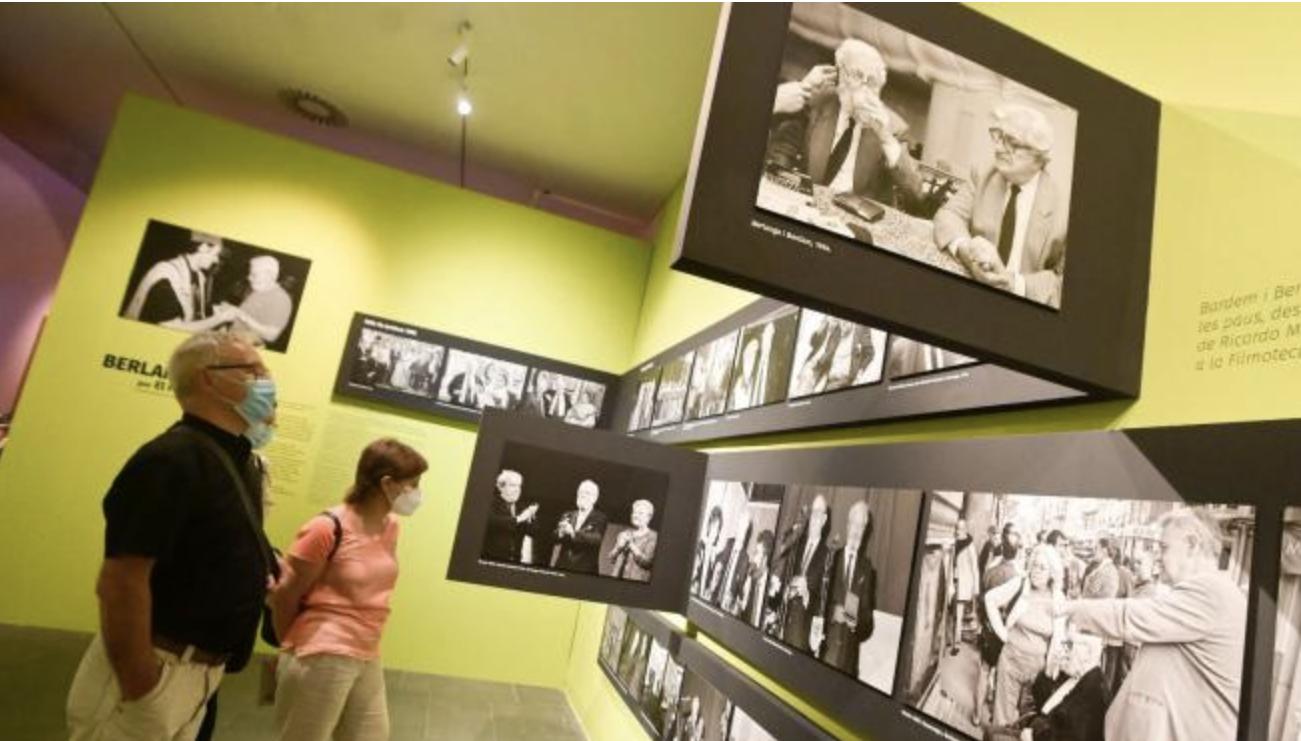 Joan Ribó en la visita a la exposición Berlanga del MUVIM