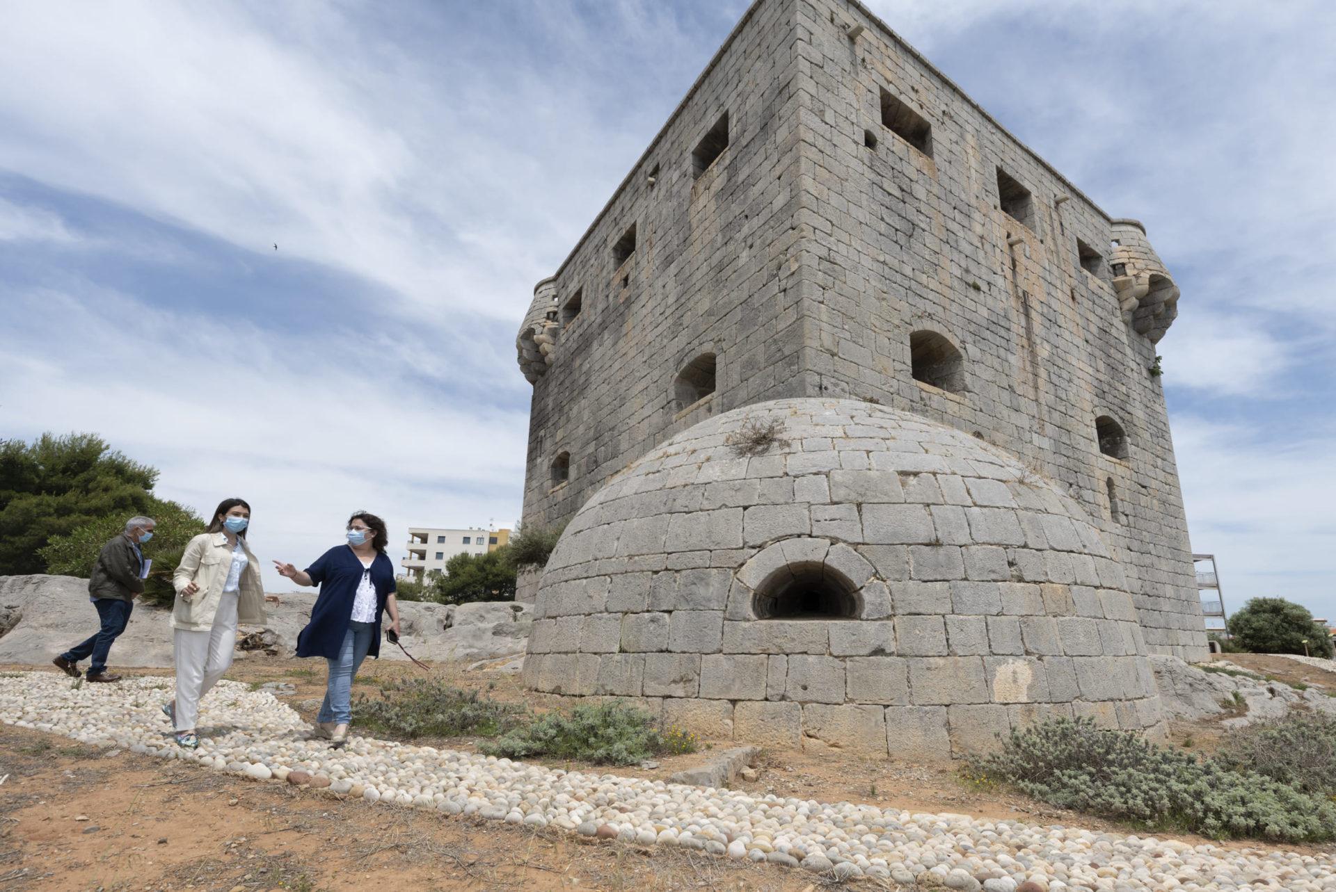 La diputada de Cultura, Ruth Sanz, ha visitado la torre junto a la alcaldesa, María Jiménez, para ver su estado de conservación