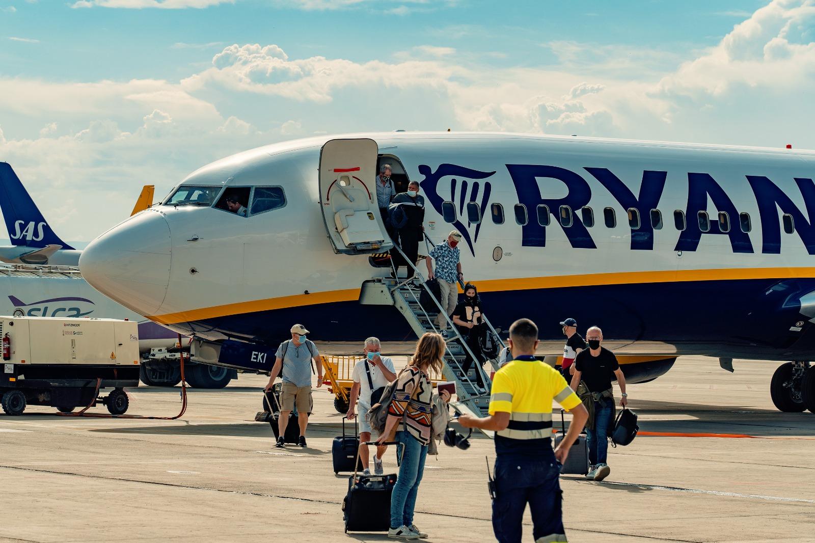 Turistas bajando de un avión de Ryanair